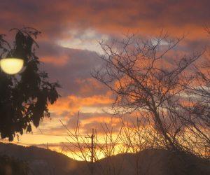 12 /31  大晦日の朝日  蒜山盆地の日の出は中国山地の峰の上に出るので岡山の日の出時刻より20分ほど遅くなって7時40分ころです