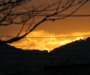 1/1   朝焼け、太陽は雲の中