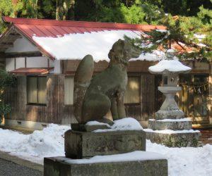1/1   茅部神社には狛犬ではなくきつねもいます。