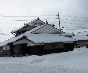 1/13    雪化粧 気温の低い地域では釉の掛かった瓦を使用して割れるのを防いでいます。 雪もよく滑りおちます。