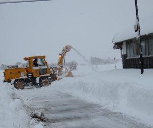 1/16   除雪車出動 最初の出動は朝暗いうちの3時頃、7時頃までには主要道、通勤、通学道の除雪を終えるようにしています。集落内は各集落で、この時期は国道、県道などを利用した方が近道を利用するよりは無難。