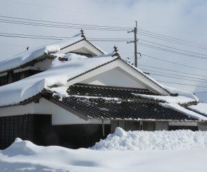 1/16   気温が上がると屋根の雪が滑り落ちる 2階の屋根は一階の瓦が傷まないよう落雪防止瓦を使用してあります