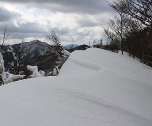 縦走路は雪庇が綺麗