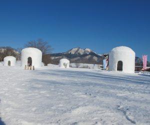 蒜山雪恋祭り ②カマクラと上、中蒜山 巨大カマクラは全部で6基雪を積み上げ踏み固めた後中をくりぬきます、骨組みはありません