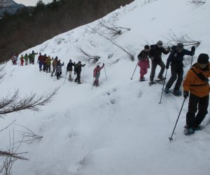 三平山スノーシュー 雪崩のデブリを慎重に越える