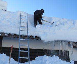 1/25 屋根の雪下ろし お隣さんが屋根の雪下ろしを始めました