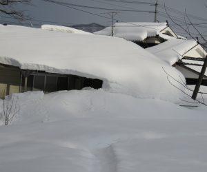 2/14  屋根の雪が地面の雪とつながる
