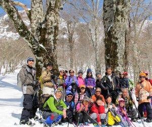 【スノーシュー巨木探索ツアー】 ビッグファイブの2本の前で記念写真