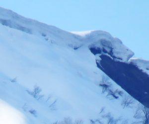 3月25日 上蒜山の雪庇 2m位積もっています。ブロック雪崩が怖い、