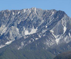 5/2 大山 谷筋にわずかに残雪が見えます