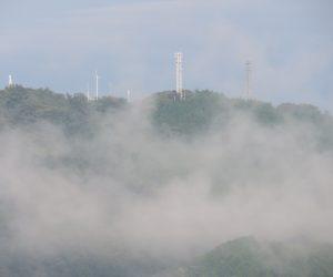 霧の上に現れた高張山   蒜山盆地に突き出たテレビ塔 茅部野より