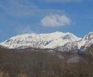 1/14  大山烏ヶ山  右手前が烏ヶ山、別名山陰のマッターホルン。 酪大牧草地付近より