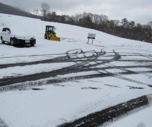 1/24 中蒜山塩釜の駐車場  雪が少なく牧草が顔を出しています。 26日にスノーシュウはどうなるか?