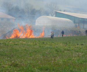 4/7   建物の周囲から点火 地元の消防分団も消防車で出動、高速道も水のタンク車を出動させ監視